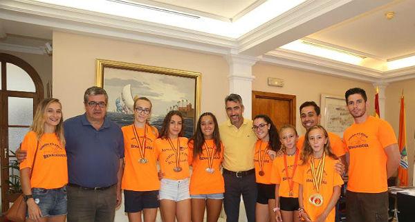 El Alcalde Víctor Navas y el Concejal de Deportes reciben a las deportistas de Unión Atlética Benalmádena tras sus éxitos en el Campeonato de España