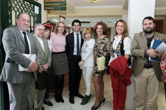 La alcaldesa preside la colocación en el consistorio del símbolo de la Asociación 'Juntos construimos la Paz en Benalmádena'