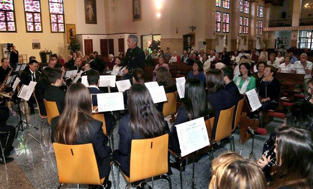Más de un centenar de personas asisten al concierto de música a beneficio de 'Manos Unidas'