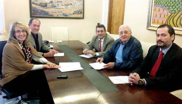 El Ayuntamiento firma un convenio con la urbanización Torremar para asumir los costes de alumbrado público del sistema general viario