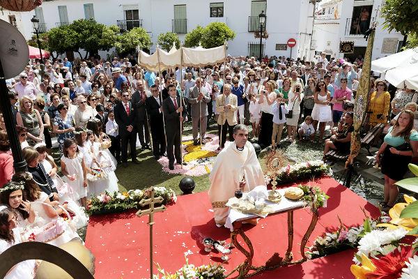 Benalmádena inunda sus calles de flores para celebrar por todo lo alto el tradicional Corpus Christi