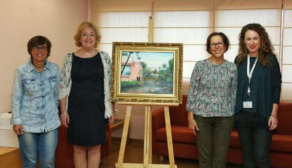 La artista local Pilar Ibáñez dona un cuadro a la Biblioteca de Arroyo de la Miel