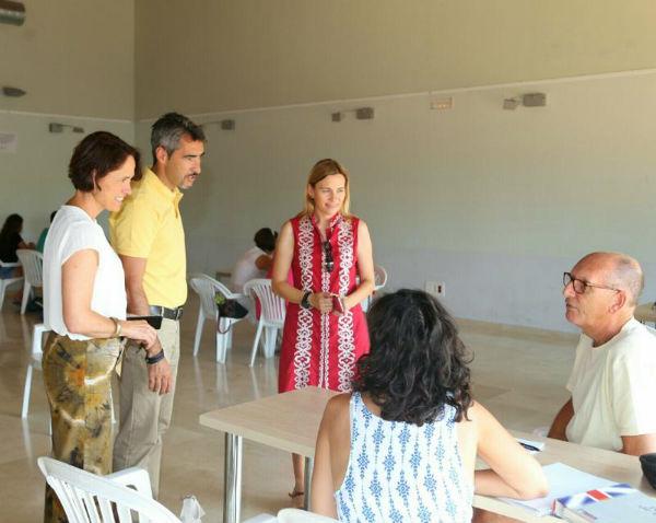 El Alcalde y la Concejala de Residentes Extranjeros asisten a la clausura de los Cursos de Inglés de Verano en el Innova