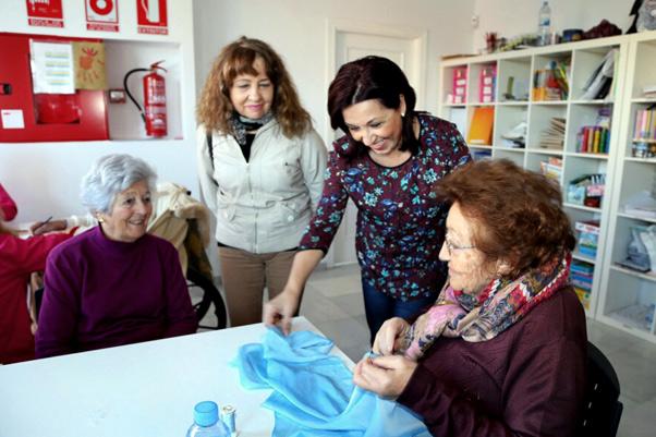 La edil de Bienestar Social comparte con los usuarios y familiares de AFAB su desayuno navideño