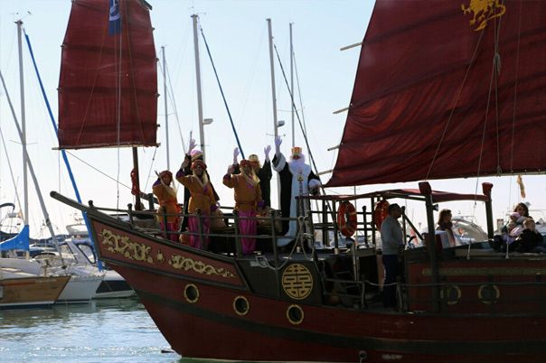 El Puerto Deportivo acoge la multitudinaria bienvenida a los Reyes Magos de Oriente