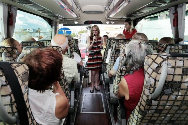Más de medio centenar de residentes extranjeros participan en un viaje a Carratraca organizado por el Ayuntamiento