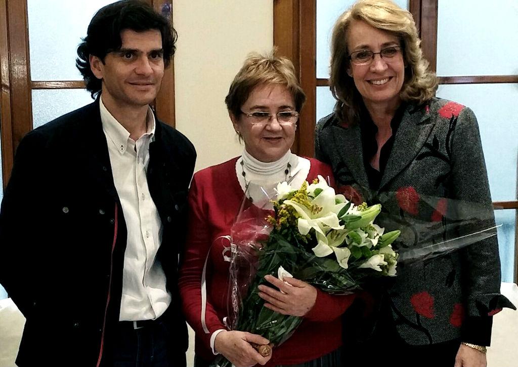 La alcaldesa agradece a la funcionaria María Luque sus 44 años de servicio a la ciudadanía.