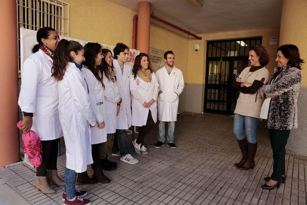 Más de medio centenar de estudiantes de los institutos de Benalmádena se suman a la conmemoración del Día Mundial Contra el Sida