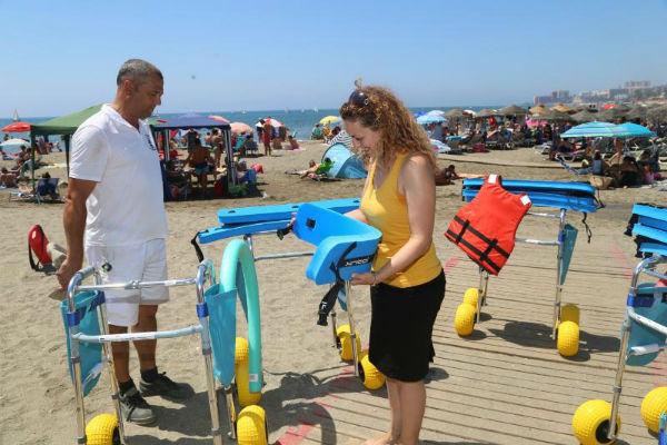 La Fundación Caser dona 2000 Euros en material para las playas de baño adaptado de Benalmádena