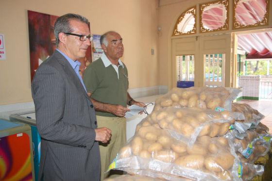 Bartolomé Florido hace una donación de 250 kg de patatas andaluzas a la Asociación Comedor Social