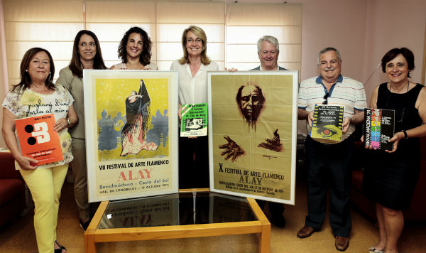 La regidora recibe nuevos documentos para el fondo local de la biblioteca donados por familias benalmadenses
