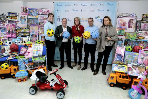 La Empresa Municipal de Aguas dona juguetes por valor de 1.600 euros para los niños más desfavorecidos