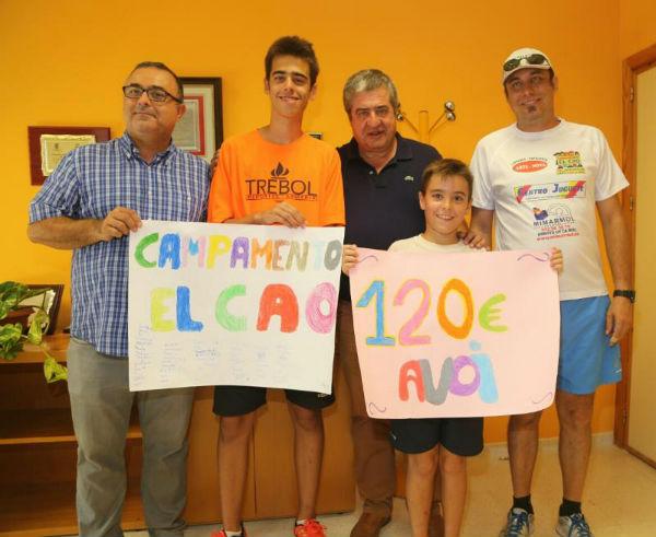 Los participantes en el campamento de verano del CAO entregan la recaudación de su mercadillo benéfico a la asociación AVOI