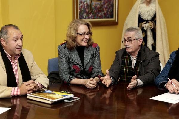 La regidora mantiene un encuentro con las Hermandades de Arroyo de la Miel