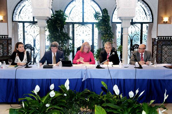La alcaldesa acuerda con los empresarios hoteleros la creación de una comisión mixta para consensuar el proyecto de remodelación de la Avenida Antonio Machado.