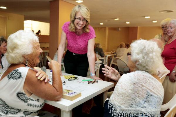 La regidora mantiene un encuentro con la Asociación Arroyo Social Welfare Club
