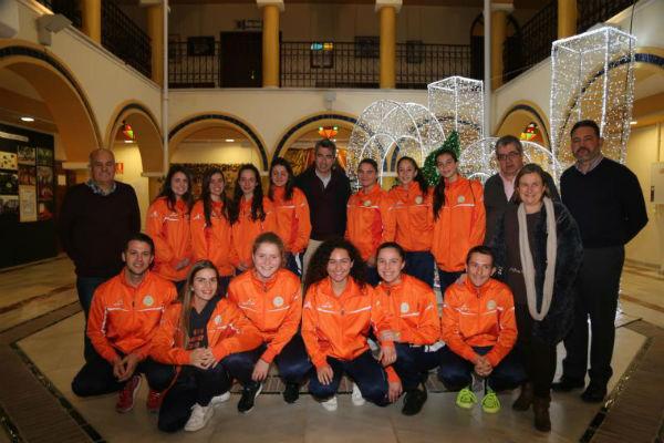 El Alcalde Víctor Navas y el Concejal Joaquín Villazón mantienen un encuentro con las jugadoras de los equipos juvenil y cadete del Club de Hockey Benalmádena