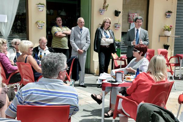 La alcaldesa de Benalmádena mantiene un encuentro con residentes británicos