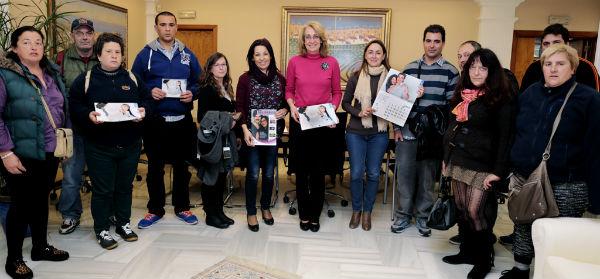La alcaldesa recibe a usuarios de AFESOL para presentar sus nuevos calendarios solidarios