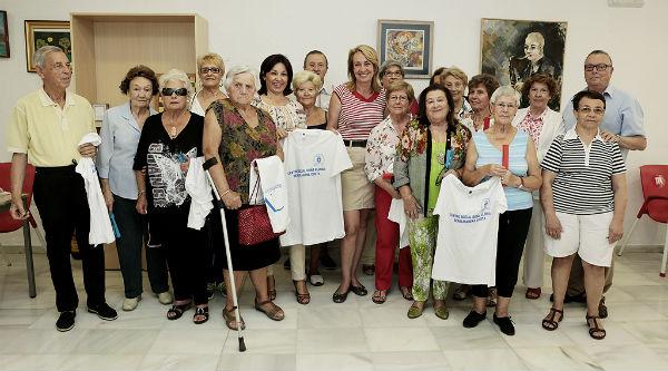 La alcaldesa preside la entrega de un centenar de camisetas a los usuarios del Centro Social de Los Porches