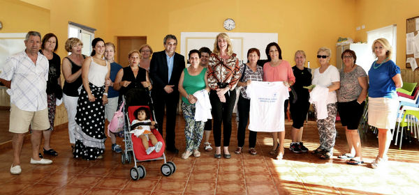 La alcaldesa preside la entrega de un centenar de camisetas para los usuarios del Centro Social de Carola
