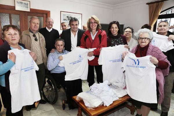 La alcaldesa preside la entrega de 300 camisetas para los mayores del centro de día 'Anica Torres'