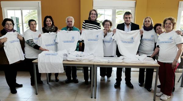 La alcaldesa hace entrega de un centenar de camisetas a los usuarios de las actividades del 'Silvestre González'