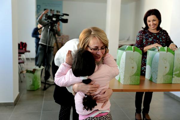 El Ayuntamiento entrega cestas de Navidad a un centenar de familias usuarias de Bienestar Social