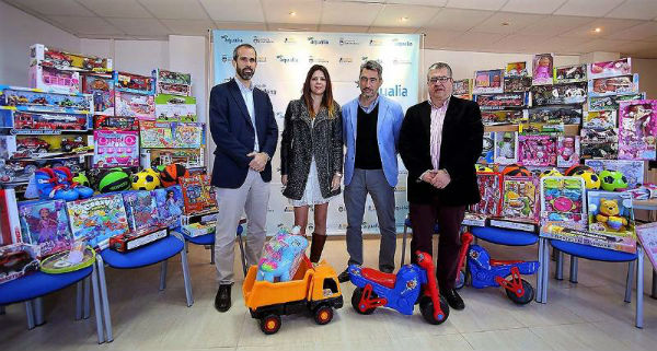 Emabesa dona al Ayuntamiento de Benalmádena 1500 euros en juguetes para repartir entre las familias más pobres.