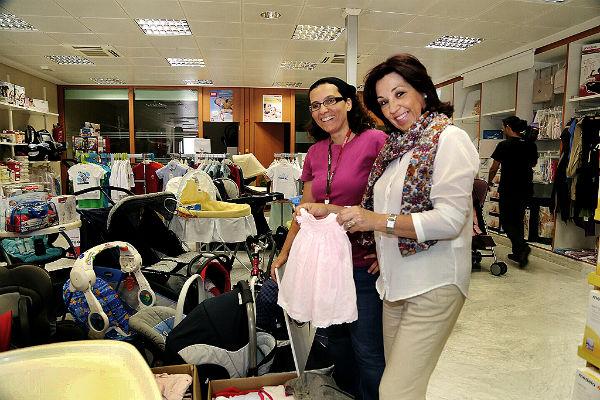 La empresa local 'Babyboom Factory' entrega un lote de artículos de bebé a Bienestar Social