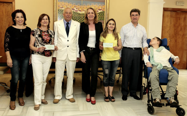 La regidora preside la entrega de la recaudación obtenida en San Jorge por la comunidad británica a ANABE y AFAB
