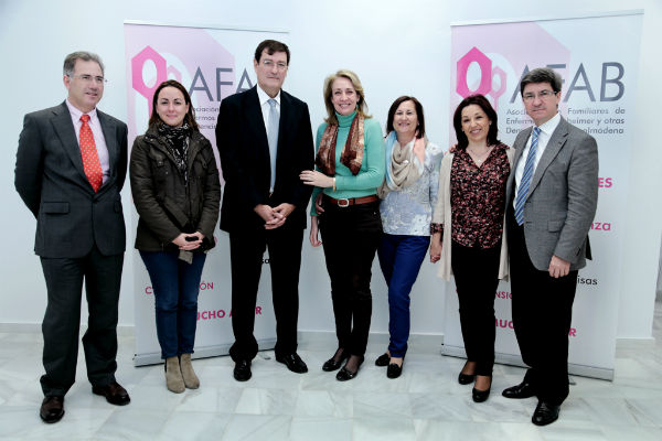 La alcaldesa hace entrega a AFAB de un talón por valor de 1.300 euros correspondiente a las fichas huérfanas del Casino Torrequebrada