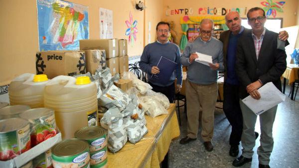 La Asociación Comedor Social recibe alimentos por valor del premio ganado en las papeletas que entregó Bártoloé Florido
