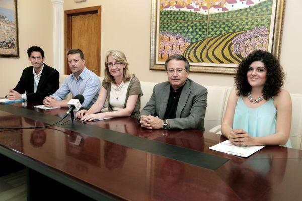 La alcaldesa de Benalmádena preside la entrega de dos becas para cursar Programas Máster