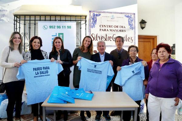 Los usuarios del Centro de Día 'Silvestre González' reciben 150 camisetas del 'Paseo para la salud'