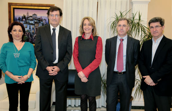El Ayuntamiento recibe un talón del Casino Torrequebrada por el valor de las fichas extraviadas en 2013, que asciende a 1.300 euros