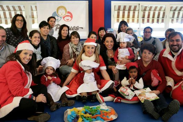 La escuela infantil 'Los Peques' hace entrega de un lote de juguetes y alimentos no perecederos a la Delegación de Bienestar Social