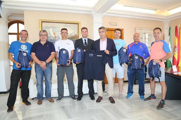 El Alcalde recibe a una representación del equipo benalmadense que participará este fin de semana en los 101 Kilómetros de Ronda
