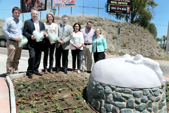 La regidora asiste a la presentación de la escultura 'La Maternidad' instalada por la AECC en el Centro de Salud Torrequebrada
