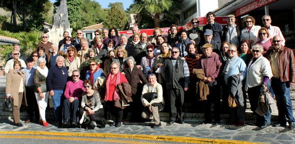 La alcaldesa visita a los mayores del municipio durante su viaje lúdico y cultural a Nerja