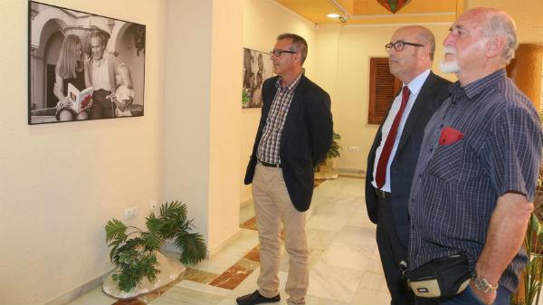 Francisco Salido visita la exposición fotográfica realizada por la Asociación Hogar Abierto