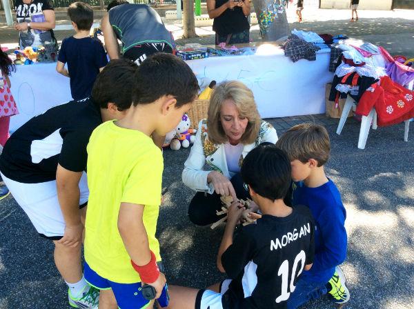 La alcaldesa asiste a la fiesta solidaria para conseguir aulas específicas para los niños autistas en los campamentos de verano