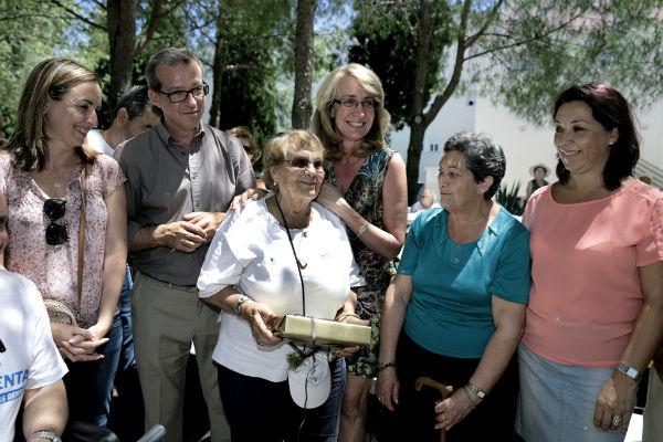 La regidora celebra con los participantes en el Paseo de la Salud su décimo cuarto aniversario