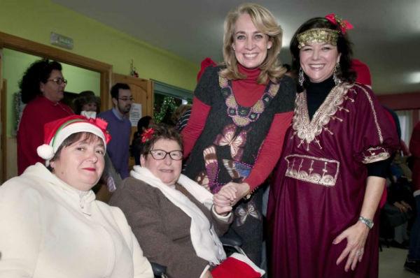 La alcaldesa comparte con los usuarios y familiares del Centro Municipal Ocupacional su tradicional fiesta navideña