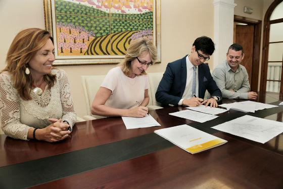 El consistorio firma un convenio con la Urbanización Doña María Norte para asumir gran parte del alumbrado público, iniciativa que beneficiará a más de 6.000 ciudadanos