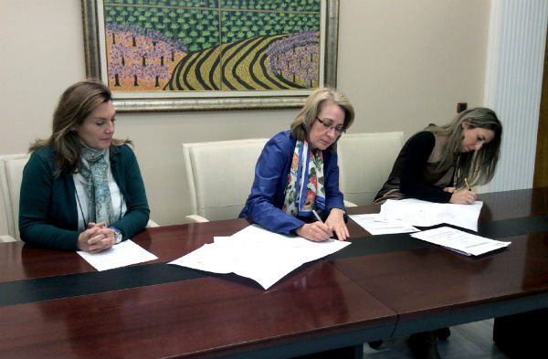 El Ayuntamiento firma el convenio para asumir la iluminación pública de la Viñuela