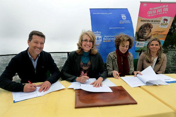 La alcaldesa firma un convenio para celebrar el Día del Empadronado en el Teleférico de Benalmádena