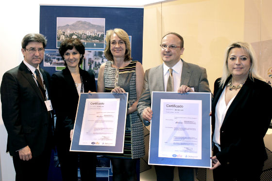La alcaldesa preside en Fitur la entrega a la agencia de viajes benalmadense Índigo de las Certificaciones ISO por su sistema de gestión de calidad y medio ambiente