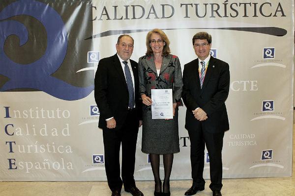 La alcaldesa recibe en Fitur la Certificación 'Q' de Calidad Turística para sus playas urbanas