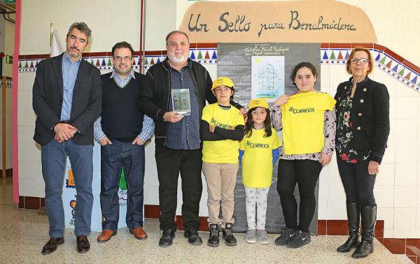 El Alcalde Víctor Navas y la Concejala Elena Galán participan en la inauguración de la muestra filatélica 'Stamposaurus Rex' en el Colegio Miguel Hernández
